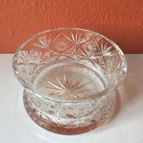 Smuk, håndslebet krystalskål i fineste stand. Den flotte, gamle skål er meget kraftig og vejer hele 2,2 kg. Dia. 18 cm, højde 10,5 cm. Sendes gerne, eller den kan hentes på Amagerbrogade i København. Tager MobilePay.