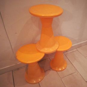 1960er tumpet taburetter orange i 2 dele. Højde Ca. 47 cm. Diameter Ca. 32 cm. Har patina og trænger til rengøring. Prisen er for alle 3.stk.Kan afhentes i Århus N /Trøjborg