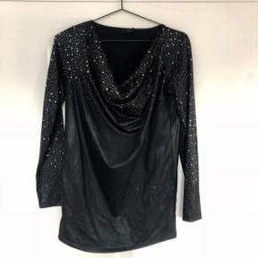 Skøn trøje fra Black Lily med masser af glimmer til enhver fest og hverdagsarrangementer.   100% polyester  ❌BYTTER IKKE. 💵Betaling gennem Mobilepay 🛍Afhentes på Nørrebro i weekend og aftentimerne 📦Sendes via DAO. Porto omkring 33 kr.