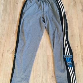 Fede Adidas bukser der kan knappes op langs benene