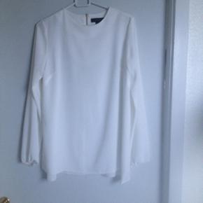 Fin trøje fra Primark. Der er slidser i siden i bunden af trøjen. Brugt 1 gang. Str 36.  Kan hentes i Nørresundby eller sendes på købers regning