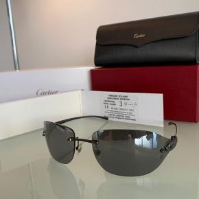 Super lækker Catier brille. Brillen er som ny og kun brugt forsigtigt ganske let - ingen ridser eller skrammer. Det der gør, den KUN er næsten som ny, er den original kasse, der er gået lidt fra hinanden.