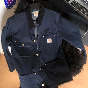 Carhartt jakke i et meget slidstærkt materiale, der holder ekstremt godt. Den kan både bruges som en sommerjakke til aftenen, men også når det bliver en smule koldere. Den fitter større end en S :)