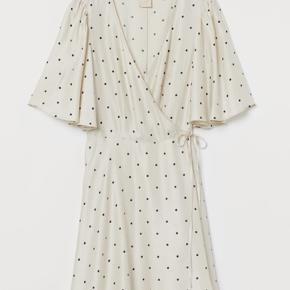 H&M trend satin wrapkjole.  Aldrig brugt, stadig med mærke.