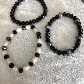 3 styk armbånd i sort/ hvis  Krystaller / ferskvands perler  På elastik  Nyt  Alle 3 for 30 kr