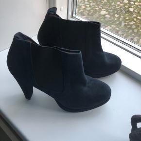 Super flotte støvler sælges. Jeg har købt dem på TS men de bliver for høje til mig.