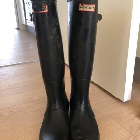 Mærket på den ene gummistøvle er lidt slidt af, men ellers intet galt med dem.  BYD gerne Nypris: 1.000kr