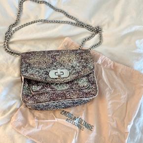💸 SAT NED TIL 650 KR. - gælder t.o.m torsdag d. 10. september 💸  Lækker lille taske fra Zadig & Voltaire pakket ind i pastelfarvet glimmer og glitter.  —————————  🌸 HUSK 🌸 at du kan lægge flere af mine varer i din kurv og kun betale porto én gang ✨  ————————