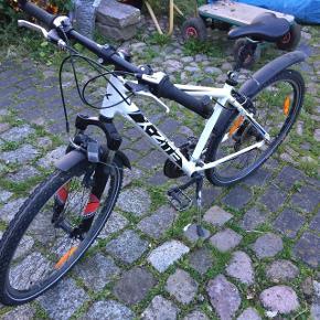 Sælger min gamle barndoms cykel da jeg er vokset fra den. Den fungere fint, dog med et par et par skrammer hist og pist.   Cyklen er i størrelse 26-21 ( til en på 6-12 år tror jeg, havde den selv dengang jeg var 10 år) 😃