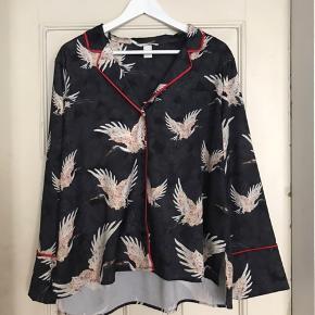Silkeskjorte fra h&m, aldrig brugt. Nypris 300 - byd!