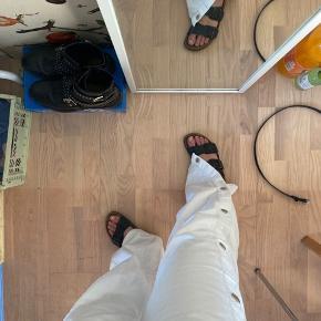 Super fede hvide jeans med knapper hele vejen ned at benene, sælger dem hun fordi de er for lange til mig😒