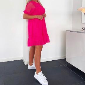 Helt ny H&M kjole, stadig med prismærke, i den flotteste pink farve. Pris er ikke fast så modtager gerne bud