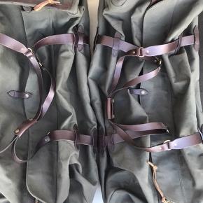 """2 stk. luksus rejsetasker fra det eksklusive """"FILSON"""" Dette er firmaets største rejsetaske size ekstra large. Kapacitet 135 L. Vægt 4,5 kg. 100% robust/slidstærkt og vandtæt bomulds twill. Taskerne, der er brugt en enkelt gang, er købt hos LE FIX i København i 2018 til en stk. pris på kr. 7.500,-. Taskerne sælges samlet eller enkeltvis til en pris på kr. 3.750,- pr. stk."""
