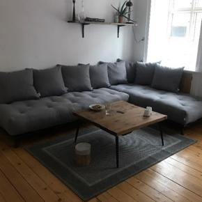 2 stk. Karup Design  Senza Sofa i Sort Stel med grå puder  200 cm x 90 cm  Senza er i sig selv en smuk minimalistisk sofa, som med sit enkle design kan passe ind i ethvert hjem.  Denne sofa kan bruges både som alm. Sofa men også som sovesofa og kan sættes som man ønsker.  Vi sælger da vi er flyttet og nu ikke har brug for denne lysning og har et ønske om en anden sofa.  De er 7 måneder gamle.  Ny pris var 13,198kr alt,  6599kr pr stk.