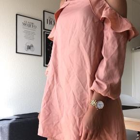 Sødeste kjole fra Little Mistress sælges, da jeg ikke får den brugt. Det er en størrelse xsmall, men er lidt stor i størrelsen og passes derfor også af en small. Nypris er 329 kr.   Kan sendes på købers regning🌸