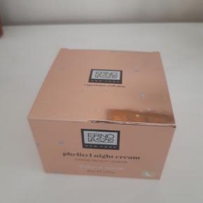 Nightcream, Erno Laszlo  Erno Laszlo – Phelityl night cream (hydrate & nourish) 85 ml. Pris på eks. Nordbrands 995,- sælges til 350 kr.  Se mere info på eks.: https://www.nordbrands.dk/erno-laszlo-phelityl-night-cream-xl-85-ml/ Cremen er uåbnet.  Evt. forsendelse vil ske med GLS til 39 kr. så prisen bliver 389 kr.