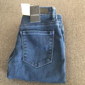 Sælger disse helt nye jeans, da de desværre ikke passer mig.