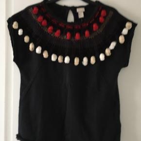 Ubrugt kortærmet sweatshirt top med broderier og pompom'er Koksgrå med sort, hvid, creme, rød og guld detaljer. Råkanter. 53% akryl, 47% viscose