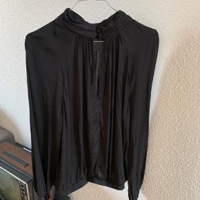 Fin silke-look bluse.