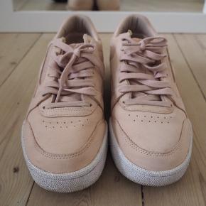 Flotte lyserøde sneakers fra Reebok i ruskind. Kun brugt få gange, meget velholdte.