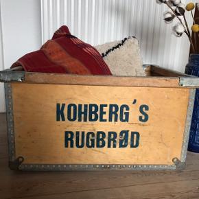"""Super fed retro trækasse fra Kohberg med påtrykt """"Kohbergs Rugbrød"""" 😍 virkelig fed til opbevaring, planter, pynt mm. Overordnet fin stand 👌🏼 måler ca. 59 x 33 x 46 cm.   Bemærk - afhentes ved Harald Jensens plads. Sender ikke og bytter ikke 🌸  🌙 Retro loppefund kasse trækasse opbevaring træ kasse Kohberg industri industriel"""