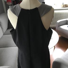 enkel kjole med flot ryg brystvidde 2 x 52 længde fra skulder 100