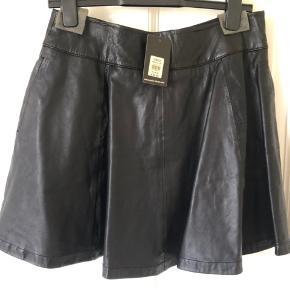 Sort A formet skin nederdel.  Str UK 12 / EU str 38/40