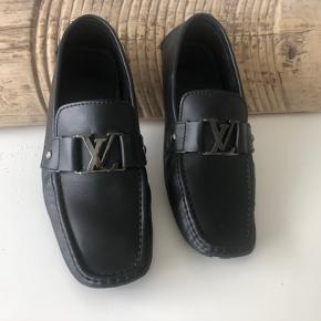 Super lækre Louis Vuitton Shoes str. 41 (normal til lidt stor i størrelse) har været brugt 1 enkelt gang, derfor sat stand til NYE
