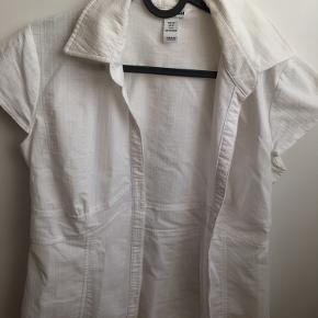 Brystvidden 90cm  Super flot skjorte fra H&M i hvid🌸  Skjorten har korte ærmer og knapper og er en smule gennemsigtig🌸  Brugt få gange🌸  68% bomuld 29% polyester 3% spandex