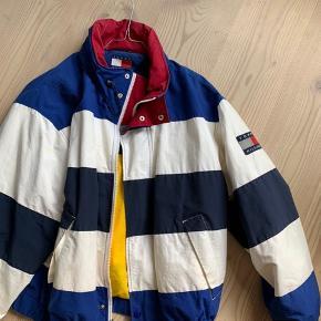 Vintage Tommy Hilfiger jakke, købt i New York. Passer til str. 36-40.