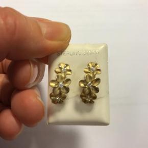 Varetype: Forgyldte sølv Ørestikker med blomster og zirkoner Størrelse: 2 cm Farve: Guld, Hvid  Så fine blomster ørestikker købt i Waikiki med den rigtige Hawaii blomst. 925 forgyldt Sterling sølv med 3 små zirkoner i hver.