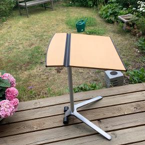 Smart opklappelig arbejdsbord. Perfekt til en pc, tablet eller til at tegne ved. Fylder ikke meget når det er klappet op. Metal ben og hjul så det er nemt at flytte med. Til det lille værelse, til altanen eller andre steder hvor det er småt med pladsen. Pladen måler 45x46cm og højden (bagerste kant) er 73 cm. Pris kr 475