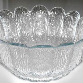 Holmegård glasskål designet af Sidse Werner i ca. 1975. Mål på skål diameter 18 cm og højde 8 cm. Porto 44 kr