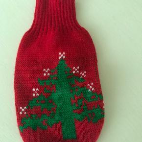 Fin juletrøje til den lille hund. Måler 28 cm.