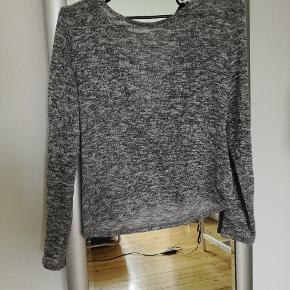 Tynd strikket bluse med flot ryg  Kig i shop, mængderabat mulig 😊