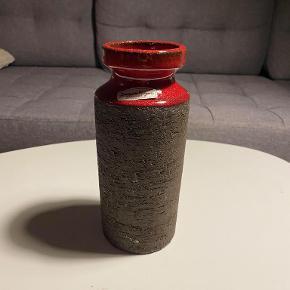 Hej! Jeg sælger denne vase fra Løvemose. Vasen er i god stand, uden afslag eller andet. Jeg sælger den til 65 kr.