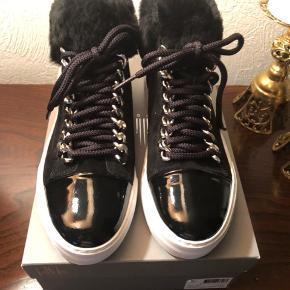 Lækker sort Sneaker støvlet med blødt for (lam). Str. 38,5. Ny pris 1499 kr. Aldrig brugt, med æske og pris på. Bytter ikke - mp. 700 kr