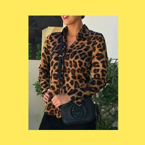 Varetype: Bluse Størrelse: S Farve: Leopart Model: Karmamia Zoe Shirt Oprindelig pris: 1100 kr.  Skønneste skjorte fra Karmamia, brugt få gange. Mp 700kr