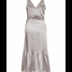 Smuk kjole som er helt ny! Byd