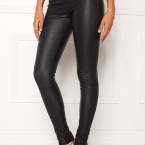 """Selected femme """"Sylvia"""" leggings  Størrelse 38 Har meget stretch.  Står som nye, kun prøvet på.  Nypris 2799,-"""