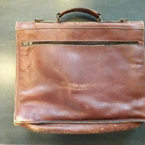 Voltaire lædertaske. Ældre taske med patina i læder. Nøgle mangler. 41x35 cm. Sender gerne for 50 kr.