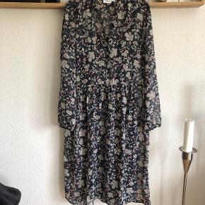 Ny kjole med sølvtråde, kun vasket Str m