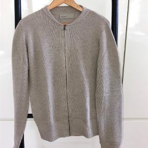 Varetype: Striktrøje Farve: Beige Oprindelig købspris: 1900 kr.  Super lækker sweater med lynlås fra danske aiayu. Den ser fuldstændig ud som ny og er kun brugt 2-3 gange. Materiale: 100% llama uld.