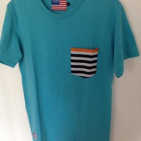 Super fin T-shirts som jeg er vokset fra.  Brystvidden 48 cm ( 96 for + bag Længden 72 cm  Mobil Pay / Ts  Porto 40 kr med GLS