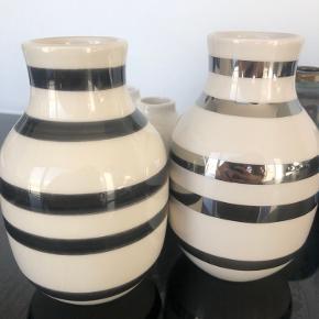 To Kähler vaser sælges. Den ene er i sort og hvid og den anden er i hvid og sølv. Kan både sælges samlet og hver for sig.  Samlet pris: 110 Stykpris: 70