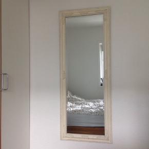 Spejl, fint vægspejl i en romantisk stil. Ingen skader, er som nyt. Sælges grundet flytning.