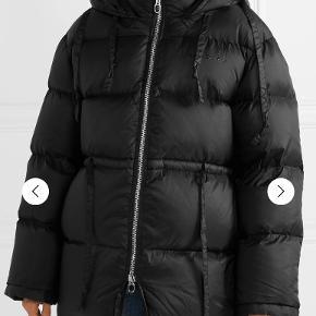 Overvejer at sælge denne meget populære og lækre jakke fra Acne Studio, da jeg nok må erkende, at den er lidt for stor til mig. Købt fra ny på Vestiaire Collective og jeg har haft den på 2 gange, så den er helt som ny.  Jeg overvejer kun, og derfor er mindsteprisen 4500kr. Bud under ignoreres.