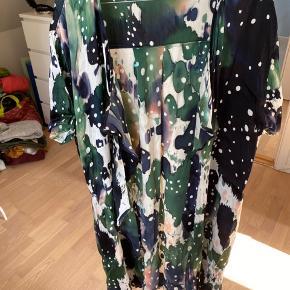 Skøn håndfarvet kimono med korte ærmer. Lækker viscosekvalitet og rund hals. Brugt men fejler intet