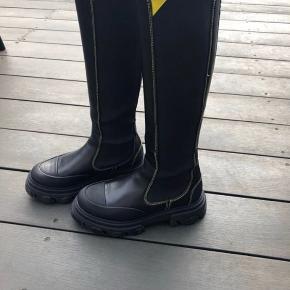 Har disse smukke støvler der er udsolgt alle steder, men de er desværre lidt for store 😞 jeg sælger dem for 2900 og det er MP. Det er en 38, kan godt passes af 37,5 eller 37 med en sål eller hvis man har lidt brede fødder.  De er brugt 3 gange og har ingen brugsfejl. Æske og dustbags medfølger 🙏🏻