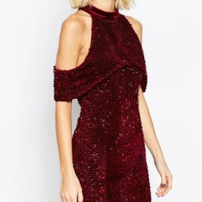 Meget smuk vinrød paliet kjole. Den er brugt 1 gang og fremstår som ny. Det er en størrelse UK 8, hvilket svarer til en str small. Den kostede 700 kr fra ny.